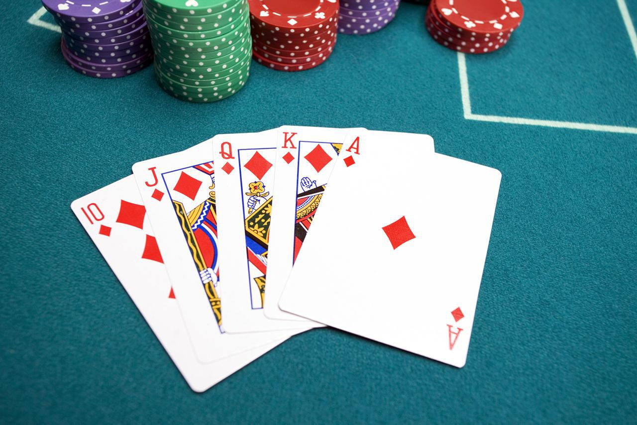 Get to know the many Functions and Advantages of Live Chat Poker Online